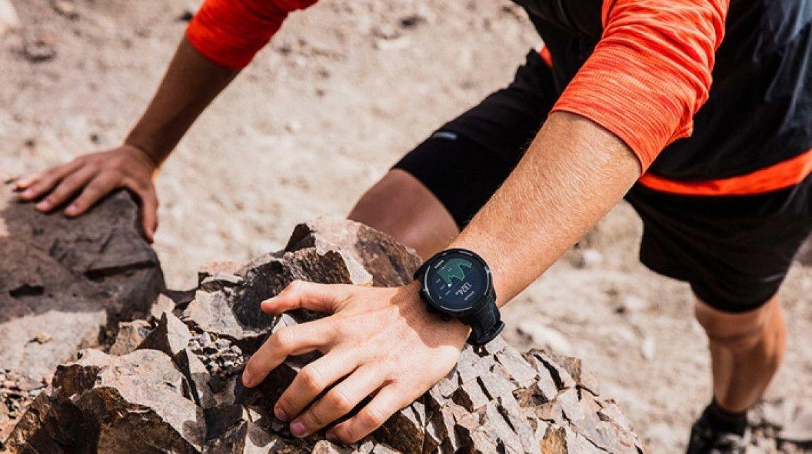 Смарт-часы на руке спортсмена